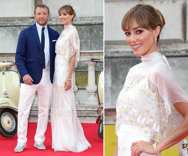 Guy Ritchie y su mujer se van de 'luna de miel' a la alfombra roja... ¡y en una Vespa!
