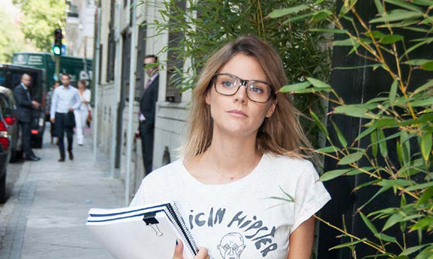 Amaia Salamanca recupera sus gafas de pasta