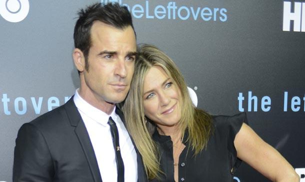 Dos meses después de su boda, Jennifer Aniston y Justin Theroux posan como marido y mujer
