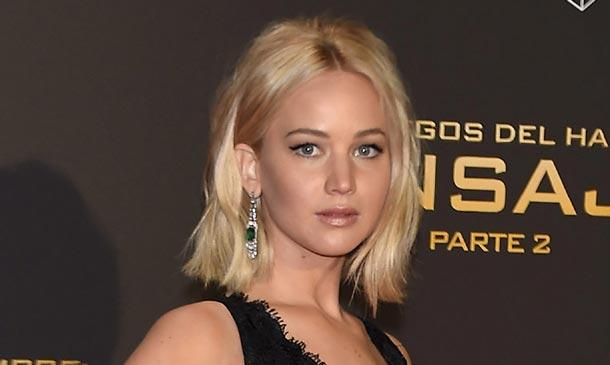 Jennifer Lawrence sufre uno de sus tropiezos de alfombra roja en Madrid