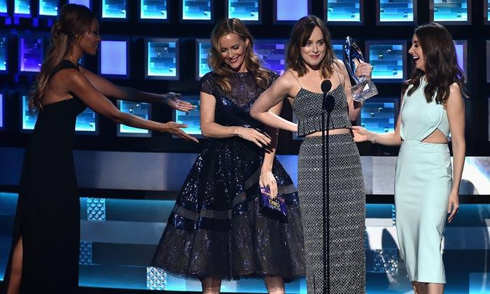 El momento incómodo de Dakota Johnson y las invitadas más rompedoras de los premios People's Choice