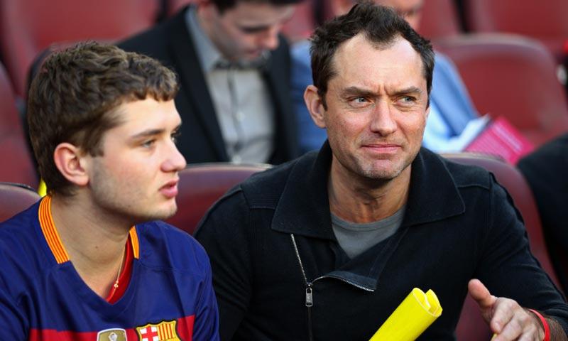 Jude Law viajó hasta Barcelona para ver el Clásico, y ni te imaginas quién le acompañaba