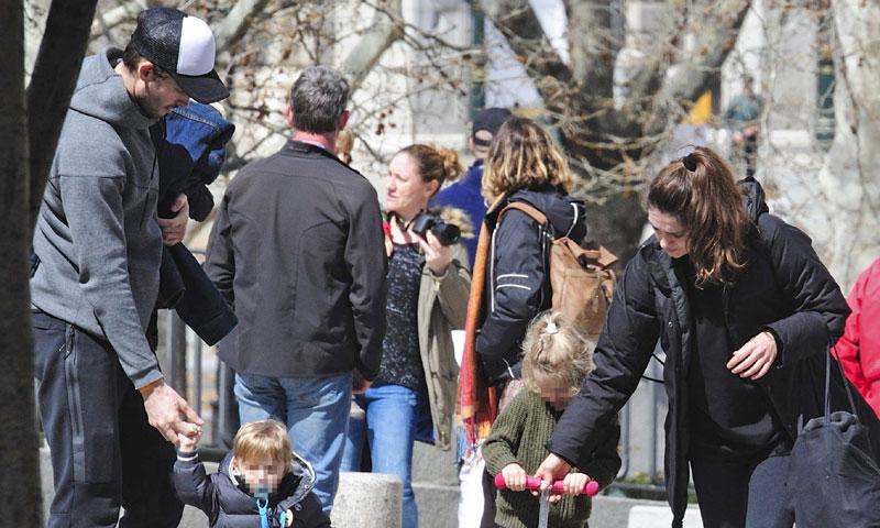 Olivia Molina y Sergio Mur, una familia feliz en el parque