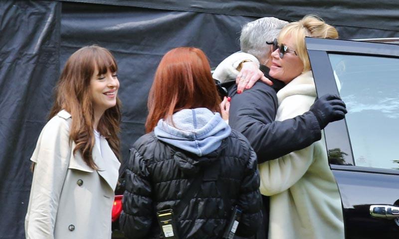 Melanie Griffith visita a su hija Dakota en el rodaje de '50 sombras', ¿algún consejo, mamá?