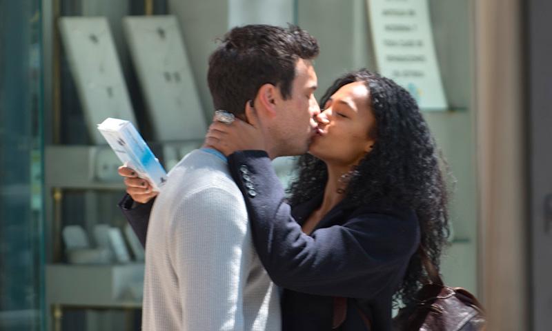 ¡Besos y más besos! Mario Casas y Berta Vázquez están locos el uno por el otro