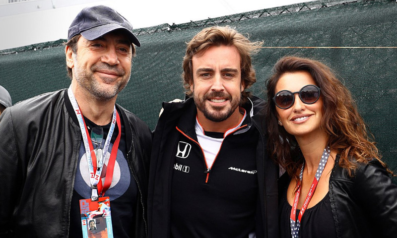 Penélope Cruz y Javier Bardem sorprenden a Fernando Alonso