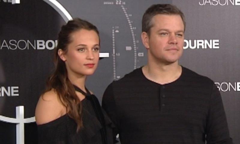 La oscarizada Alicia Vikander 'eclipsa' a su compañero Matt Damon en su visita a España