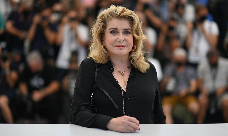Catherine Deneuve reaparece entre aplausos en Cannes tras el ictus que sufrió hace año y medio