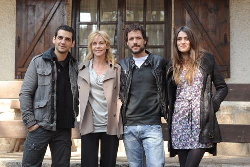 Olivia Molina, radiante en su cuarto mes de embarazo, estrena nueva serie junto a Belén Rueda y Fran Perea