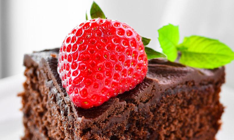 ¡Alerta, tentación! Brownie de chocolate y fresas