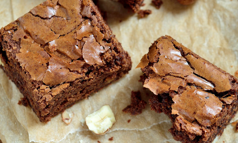 Receta de 'brownie' con naranja y avellanas, ¡un suculento postre para los más golosos!