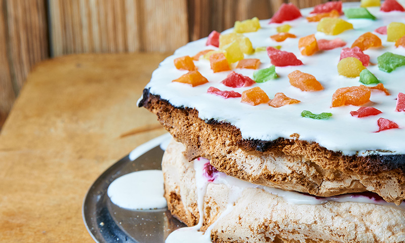 ¡Aporta un toque divertido a tus postres con esta receta de bizcocho de colores!