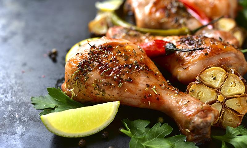 Toda una delicia: muslos de pollo al horno con limón