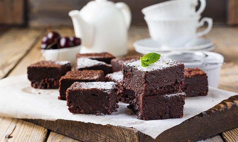 Mantén la línea, sin renunciar al dulce, con este brownie de chocolate bajo en calorías