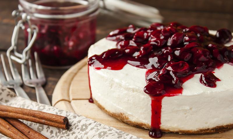 Postre veraniego ligero: Tarta de queso sin horno con confitura de frutos rojos
