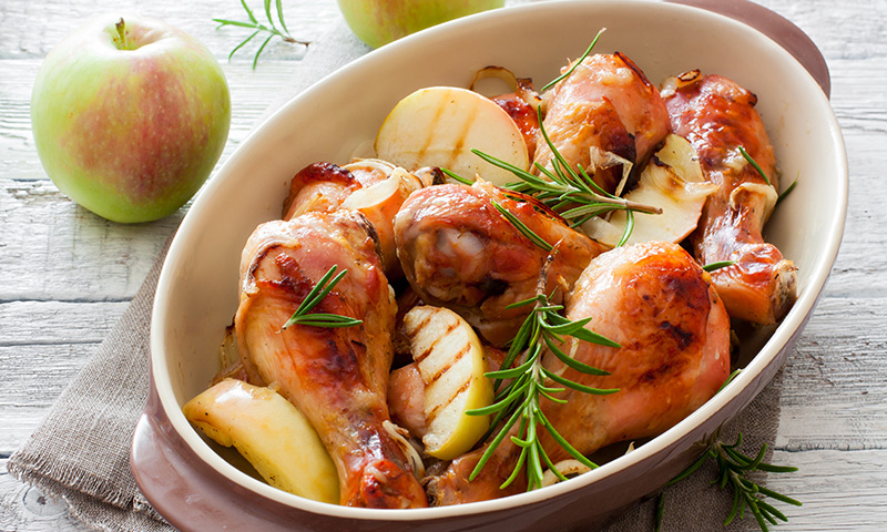 Pollo al horno con manzana y miel, un toque especial para un plato tradicional