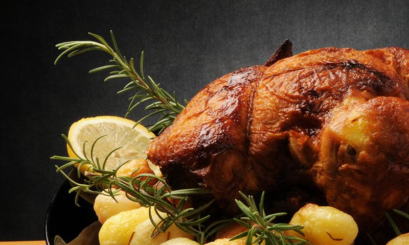 Pollo al horno con patatas y berenjenas, un plato infalible con el que triunfarás