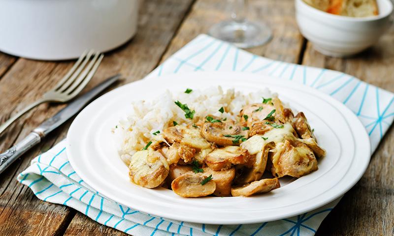 Un plato completo de otoño de arroz con setas y pollo