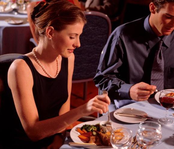 Consejos de protocolo para no  meter la pata  en el restaurante 16d1e3241523