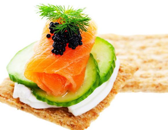 Cinco tapas muy sencillas para disfrutar de los pescados for Canape de salmon ahumado