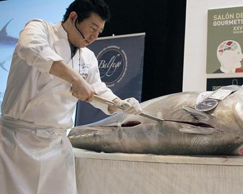Un descomunal atún de 120 kilos, despiezado en directo en el 'Salón de Gourmets'