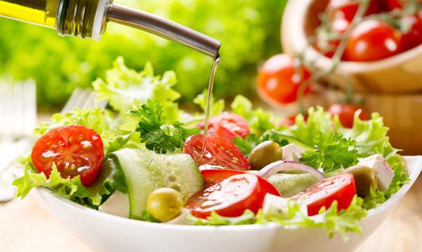 Cocina práctica: ¿dominas el 'arte' de aliñar las ensaladas? ¡No te pierdas este decálogo!