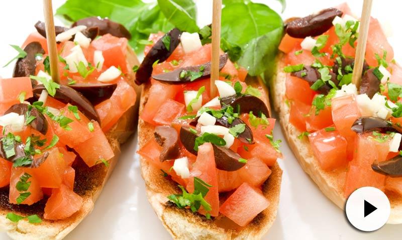 Vídeo-receta: Tostas de tomate, queso y albahaca... ¡pura explosión de sabor!