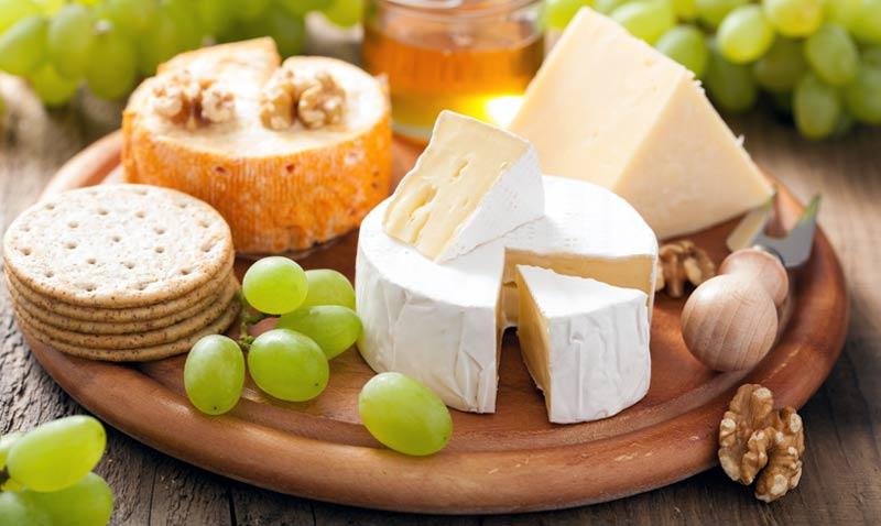 ¿Cómo debe ser una buena tabla de quesos? Con estos 'tips' de experto no te equivocarás