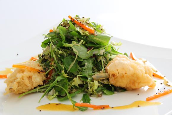 Ensalada de pollo en 'tempura'