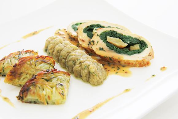 Pechuga de pollo rellena de espinacas y ajo confitado, con puré de berenjena y crujiente de patata y calabacín