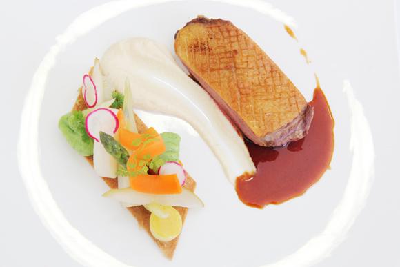 Magret de pato en salsa de miel y especias, con tartaleta de frutas y verduras
