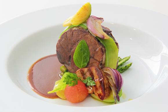 Jarrete de buey braseado con 'foie gras' y espárragos