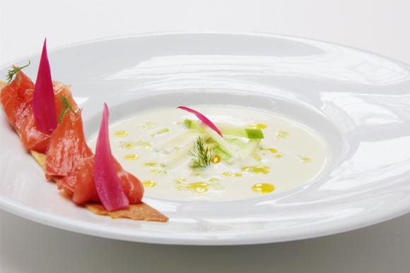 Salmón marinado a la sal con sopa fría de hinojo y pepino