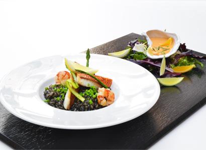 Arroz negro con salmonete, carabineros y alioli cítrico de crustáceos