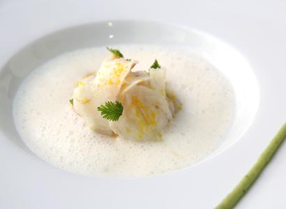 Ceviche de dorada con leche de coco y granizado de lima