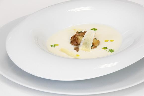 Crema de espárragos blancos al parmesano, con setas salteadas