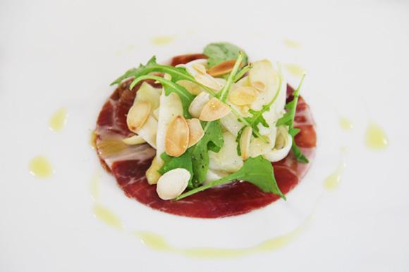 Jamón ibérico con ensalada templada de espárragos blancos y rúcula
