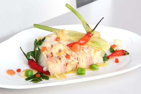 Bacalao confitado con piel de panceta y verduras