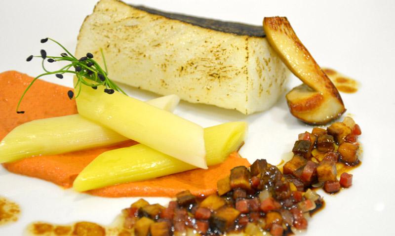 Bacalao asado, puerros, picada de asados y vinagreta de jamón ibérico, boletus y Pedro Ximénez