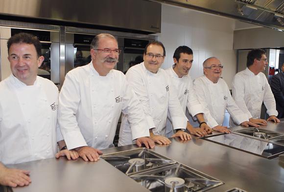 http://www.hola.com/imagenes/cocina/noticiaslibros/2011100354793/licenciatura-ciencias-gastronomicas-basque-culinary-center-le-cordon-bleu/0-185-947/cocineros_vascos-a.jpg