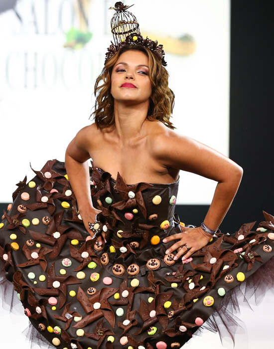 fee33ff53 Salón del chocolate de París  presenta un desfile de vestidos de ...