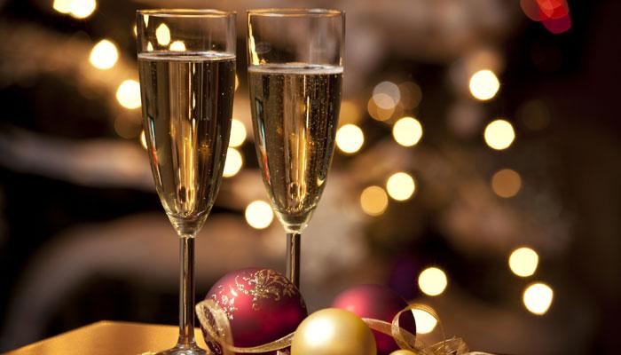 Una copa de champan para dunia montenegro - 4 3