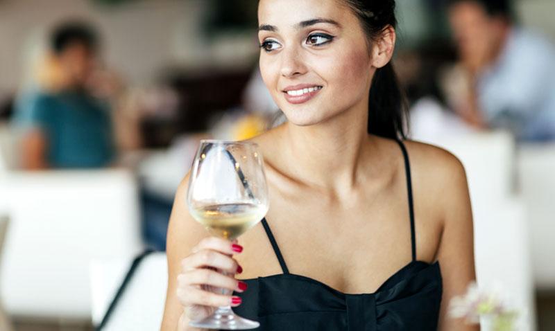 Este sencillo gesto te hará quedar como una perfecta 'wine lover'
