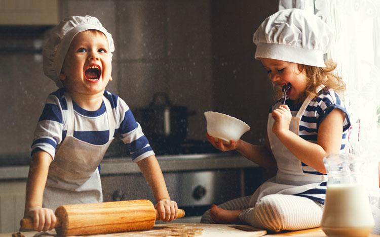 ninos-cocina