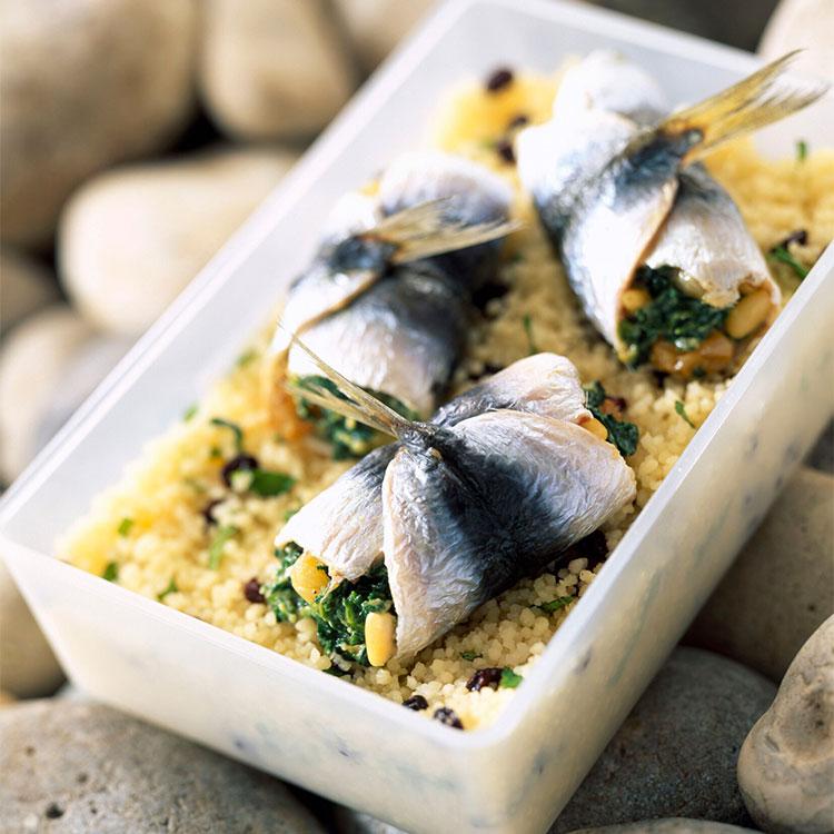 Sardinas marinadas rellenas de espinacas sobre cuscús picante