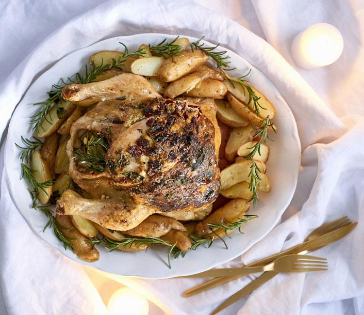 Pollo asado a las hierbas relleno de queso feta con patatas gajo