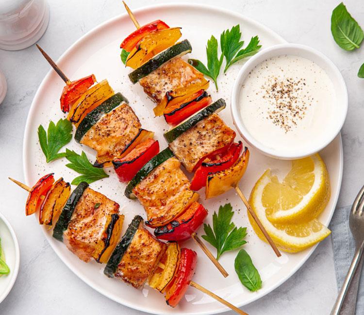 Brochetas de salmón y verduras con yogur y limón