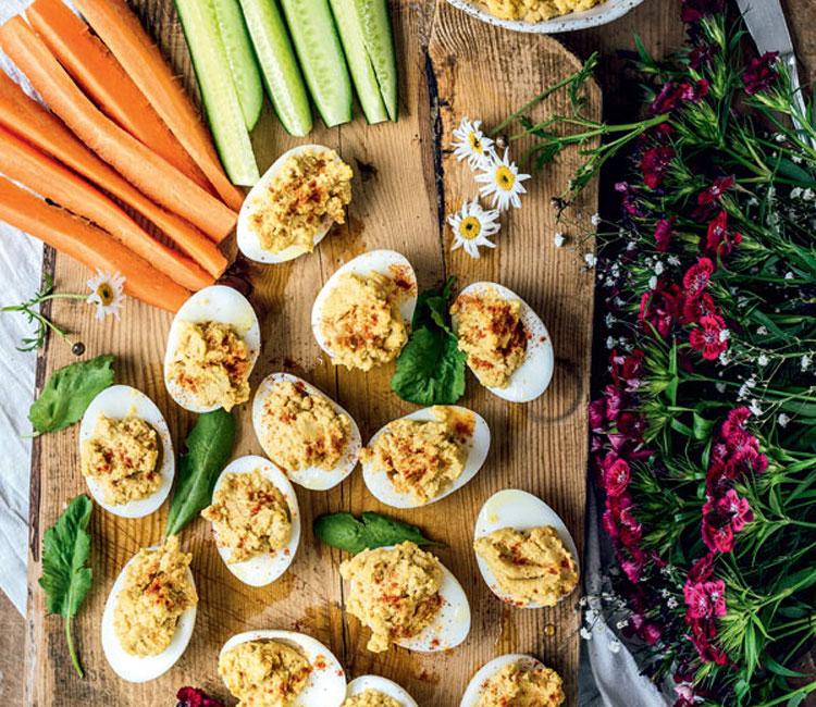 Huevos rellenos de hummus con hortalizas