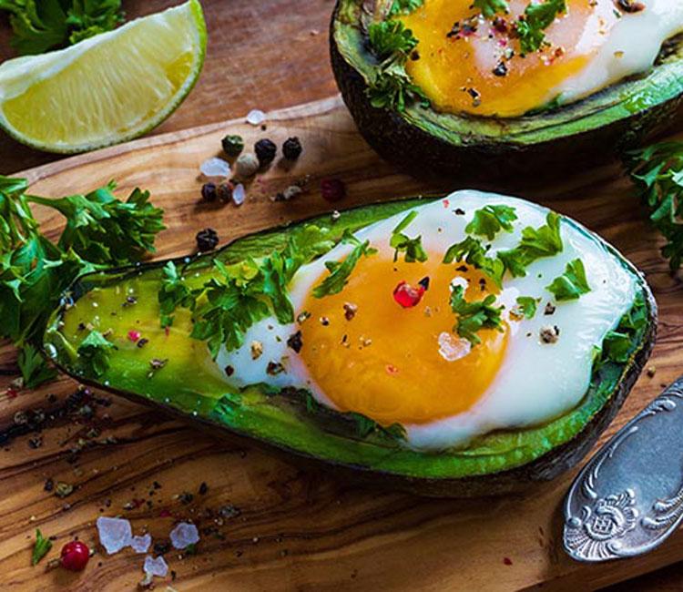 Aguacate relleno de huevo