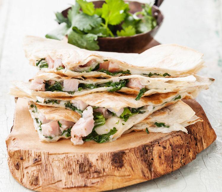 Quesadillas de pavo, queso y cilantro
